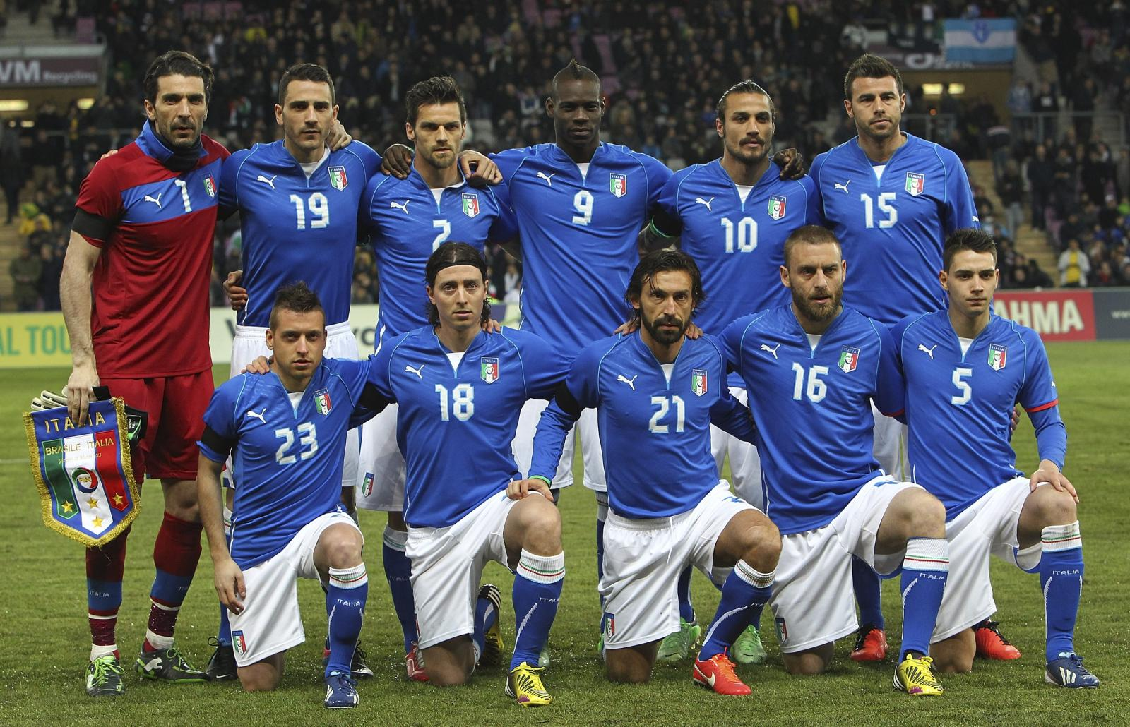 Italy-13-PUMA-confederations-cup-home-kit-blue-white-blue-line-up.jpg