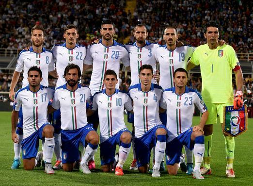 Italy-15-16-PUMA-away-kit-white-blue-white-line-up.JPG