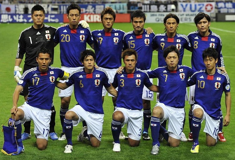 Japan-10-11-adidas-gold-number-home-kit-blue-white-blue-line-up.jpg