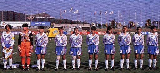Japan-94-asics-Woman-white-blue-white-stand.JPG