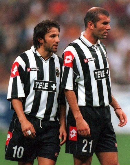 Juventus-00-01-lotto-red-tag-first-kit-stripe-black-black-Del-Piero-Zidane.jpg