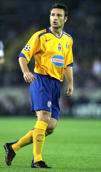 Juventus-05-06-NIKE-third-kit-yellow-blue-yellow-Robert-Kovac.jpg
