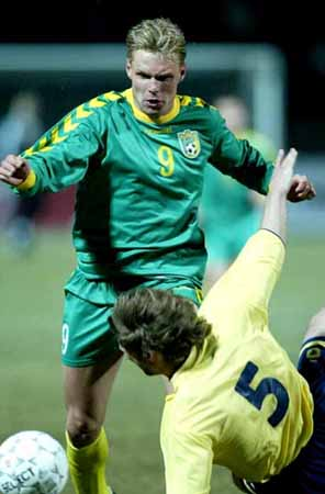 Lithuania-02-03-hummel-uniform-green-green-yellow.JPG
