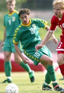 Lithuania-2002-03-hummel-away-kit-green-green-green.jpg