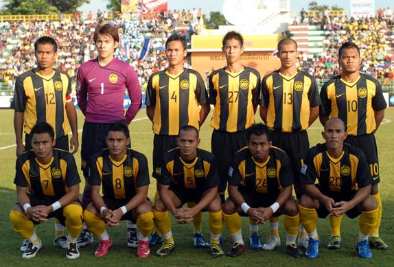 Malaysia-08-NIKE-stripe-black-yellow-line up.JPG
