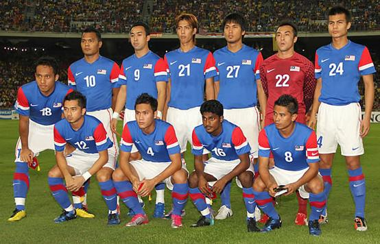 Malaysia-11-12-NIKE-away-kit-blue-white-blue-line up.JPG