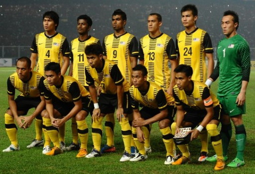 Malaysia-11-12-NIKE-home-kit-yellow-black-yellow-line-up.jpg