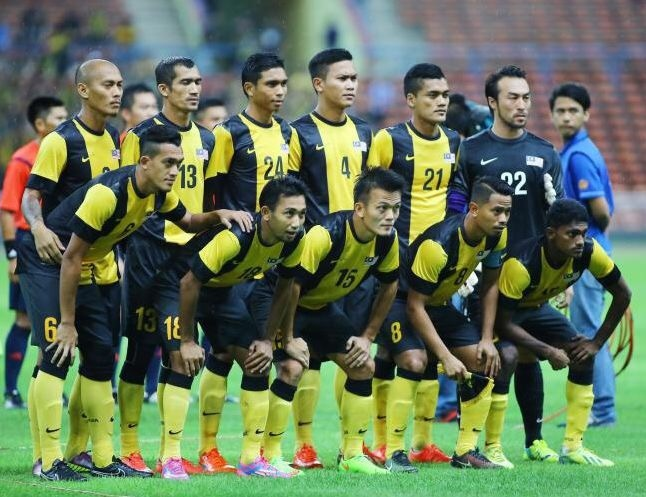 Malaysia-2012-13-NIKE-home-kit-stripe-black-yellow-line-up.jpg
