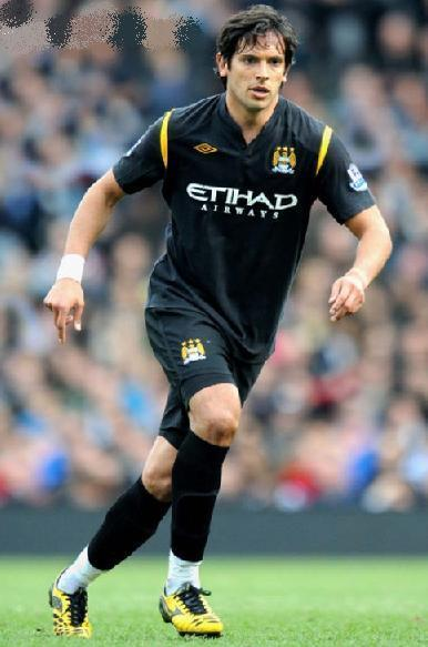 Manchester-City-09-10-UMBRO-second-kit-black-black-black-Roque-Santa-Cruz.jpg