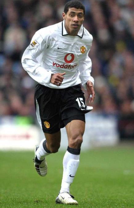 Manchester-United-03-04-NIKE-third-kit-white-black-white-Kleberson.jpg
