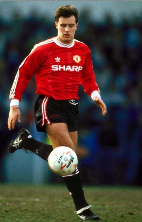 Manchester-United-1990-91-adidas-home-kit-Clayton-Blackmore.jpg