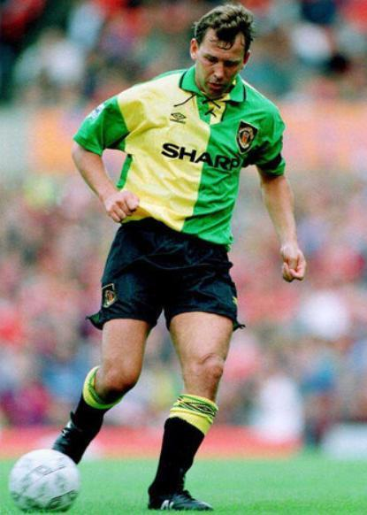 Manchester-United-93-94-UMBRO-third-kit-green-black-black-Bryan-Robson.jpg