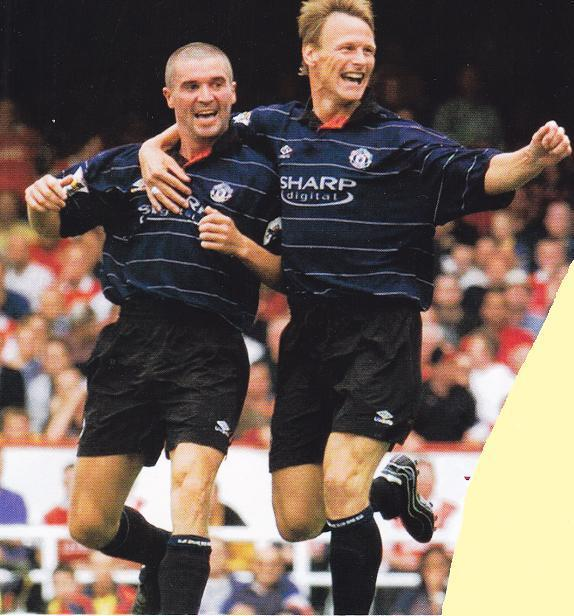Manchester-United-99-00-UMBRO-second-kit-navy-black-black-Roy-Keane-Teddy-Sheringham.jpg