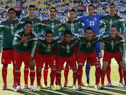 Mexico-13-15-adidas-home-kit-green-red-red-line-up.jpg