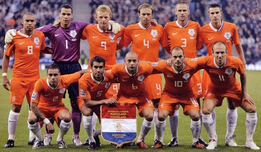 Netherland-08-09-NIKE-home-kit-orange-orange-white-pose.JPG