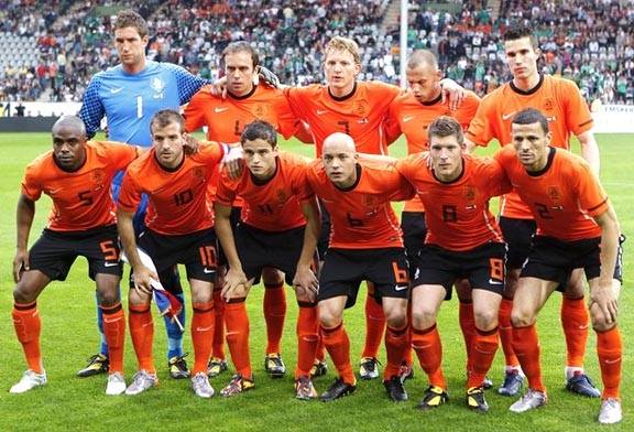 Netherland-10-11-NIKE-home-kit-orange-black-orange-pose-2.JPG