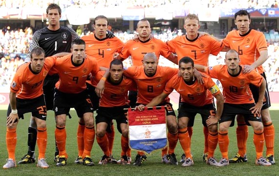 Netherland-10-NIKE-World Cup-home-kit-orange-black-orange-pose.JPG