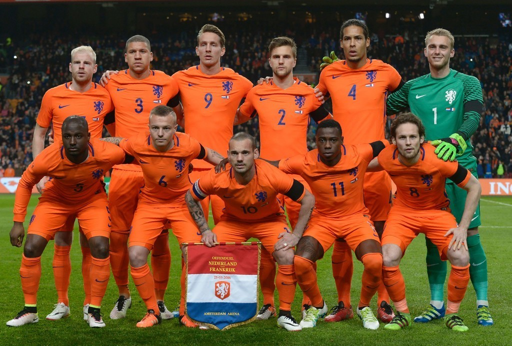 Netherland-2016-home-kit-orange-orange-orange-line-up.jpg