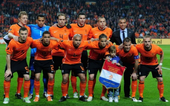 Netherlands-10-11-NIKE-EURO-home-kit-orange-black-orange-line-up.jpg