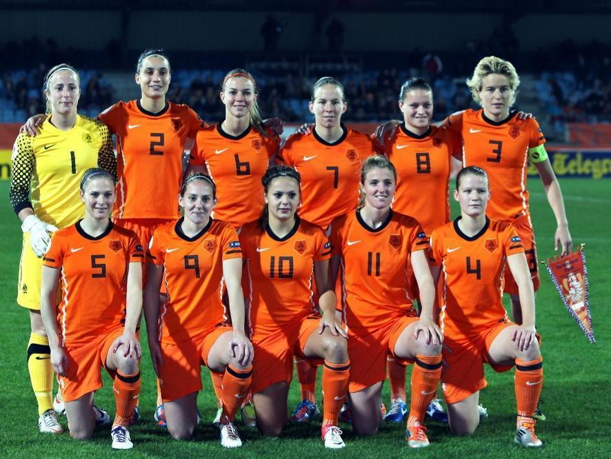 Netherlands-10-11-NIKE-women-home-kit-orange-orange-orange-line-up.jpg