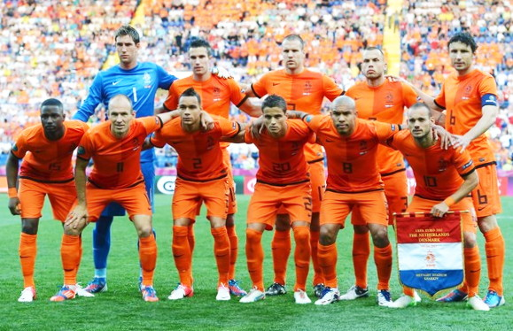 Netherlands-12-13-NIKE-EURO-home-kit-orange-orange-orange-line-up.jpg
