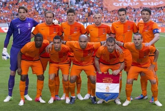 Netherlands-12-13-NIKE-home-kit-orange-orange-orange-line-up.jpg