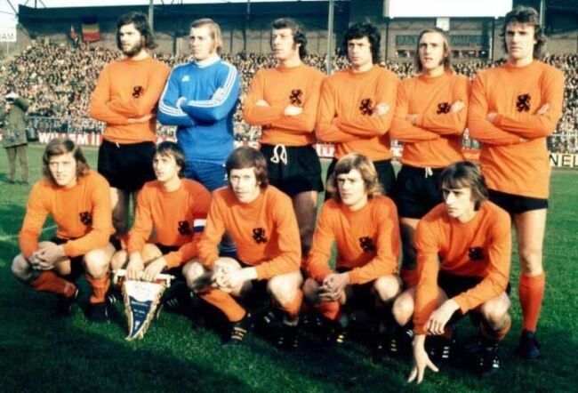 Netherlands-1973-home-kit-orange-black-orange-group-photo.jpg