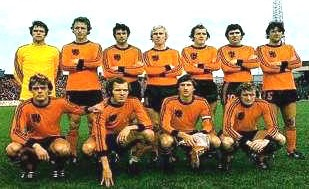 Netherlands-1977-adidas-home-kit-orange-black-orange-group-photo.jpg