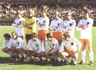Netherlands-1978-adidas-world-cup-away-kit-white-orange-white-group-photo.jpg