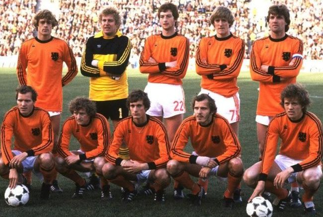 Netherlands-1978-adidas-world-cup-home-kit-orange-white-orange-group-photo.jpg