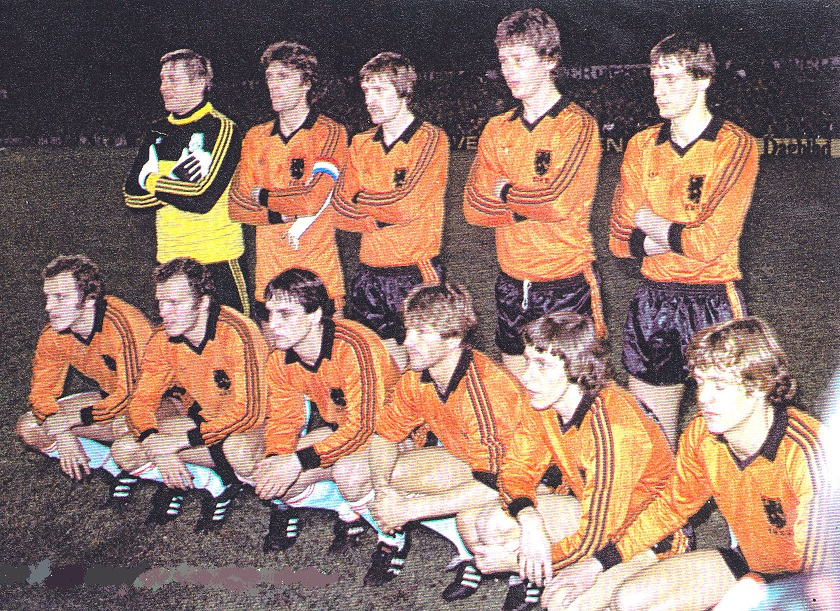 Netherlands-1981-adidas-home-kit-orange-black-white-group-photo.jpg