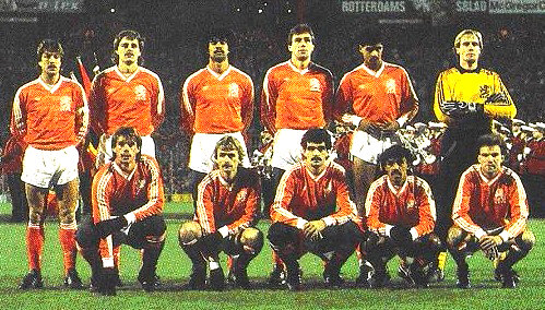 Netherlands-1985-adidas-home-kit-orange-white-orange-group-photo.jpg