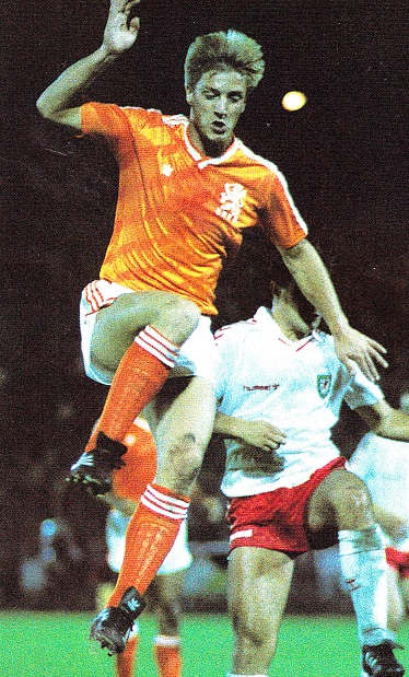 Netherlands-1988-adidas-WCQ-home-kit-orange-white-orange.jpg