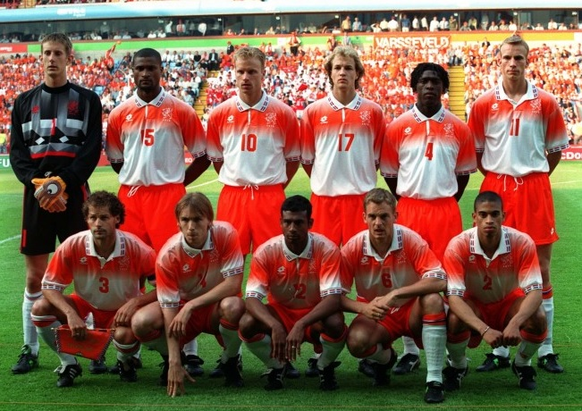 Netherlands-1996-lotto-away-kit-white-orange-white-group-photo.jpg