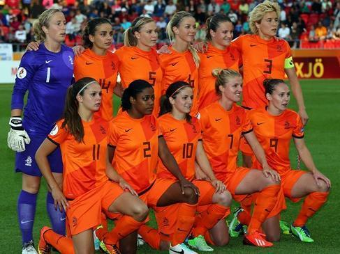 Netherlands-2013-NIKE-women-home-kit-orange-orange-orange-line-up.jpg