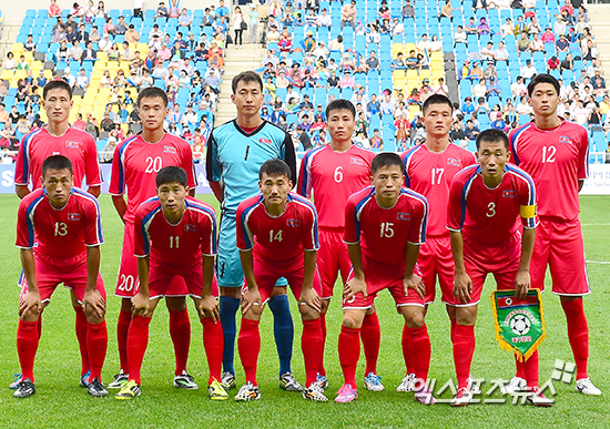 North-Korea-2014-home-kit-red-red-red-line-up.jpg