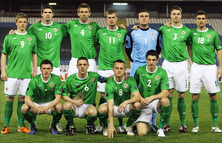 Northern Ireland-10-11-UMBRO-home-kit-green-white-green-line-up.jpg