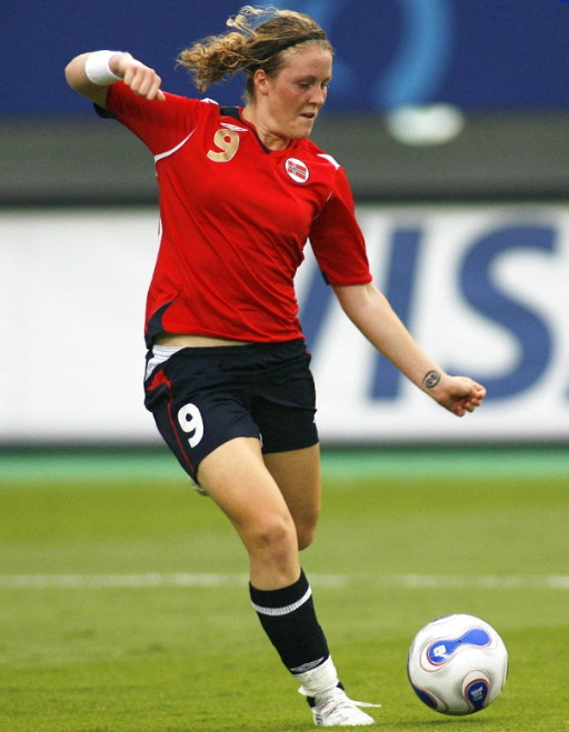 Norway-07-UMBRO-women-home-kit-red-navy-navy.jpg