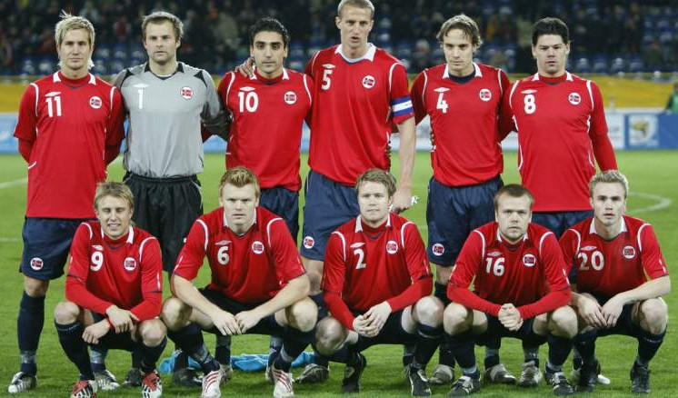 Norway-08-09-UMBRO-home-kit-red-navy-white-line-up.jpg