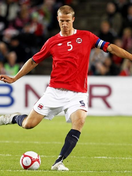 Norway-10-11-UMBRO-home-kit-red-white-navy-2.JPG