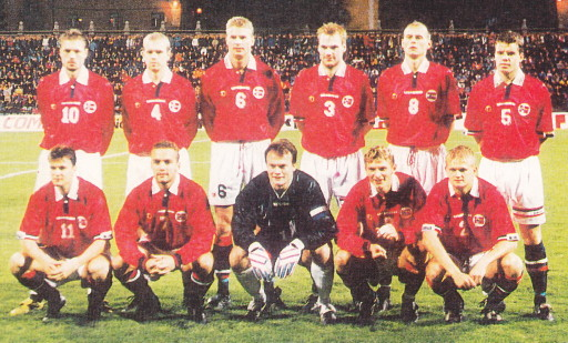 Norway-98-99-UMBRO-home-kit-red-white-navy-line-up.jpg