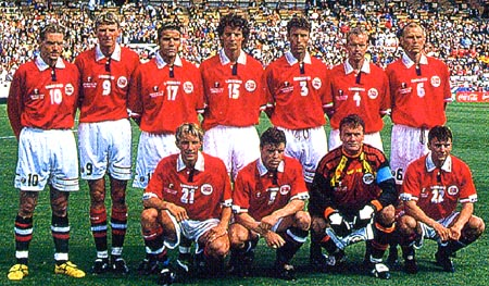 Norway-98-99-UMBRO-uniform-red-white-navy-group.JPG