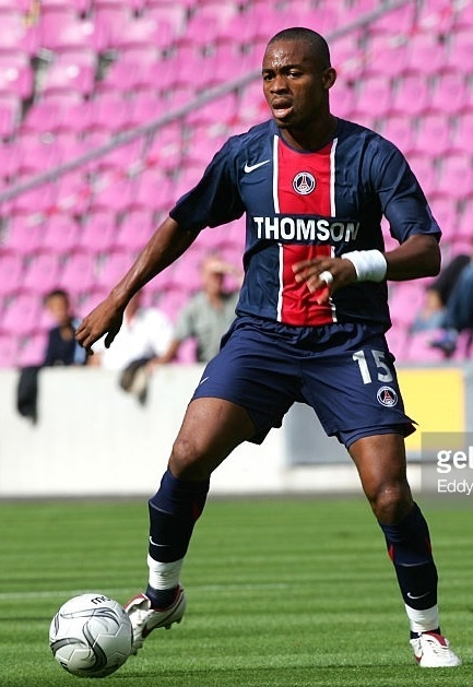 Paris-Saint-Germain-2005-06-home-kit-Bonaventure-Kalou.jpg