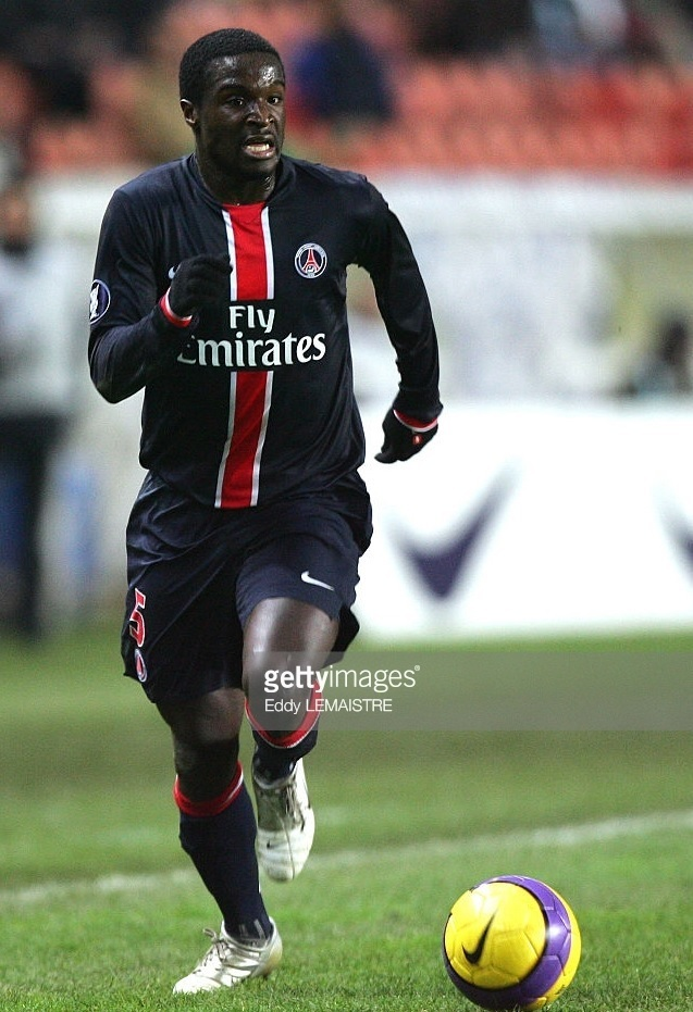 Paris-Saint-Germain-2006-07-home-kit-Bernard-Mendy.jpg