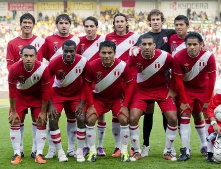Peru-10-11-UMBRO-away-kit-red-red-white-line-up.JPG
