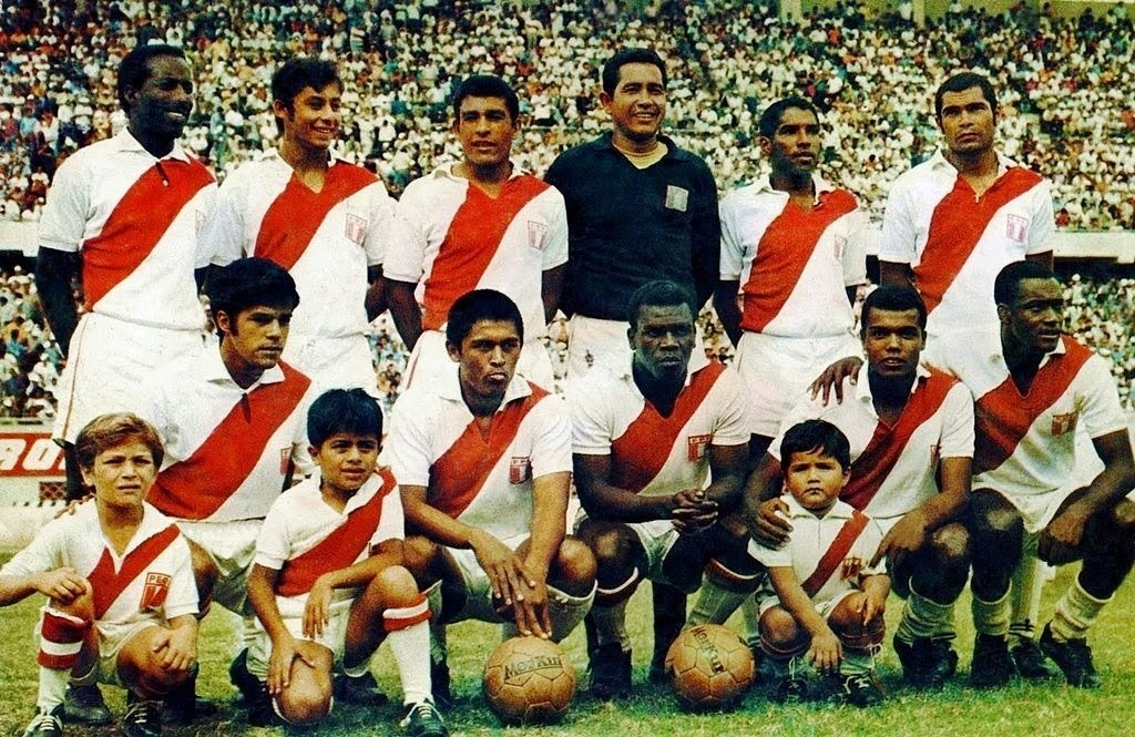 Peru-1970-world-cup-kit-white-white-white-line-up.jpg
