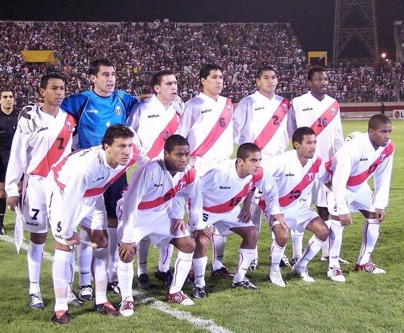Peru-2004-WALON-world-cup-qualifier-home-kit-white-white-white-line-up.jpg