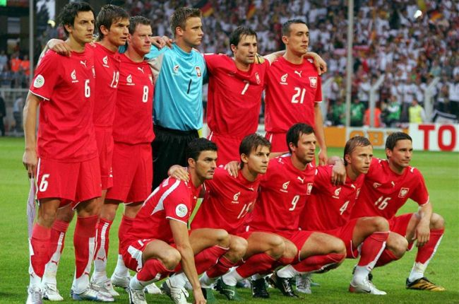 Poland-06-07-PUMA-away-kit-red-red-red-line-up.jpg