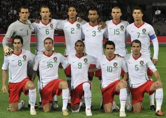 Portugal-08-09-NIKE-uniform-white-red-white-group.JPG