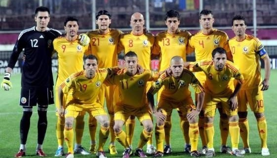 Romania-2010-11-adidas-away-kit-yellow-yellow-yellow-line-up.jpg